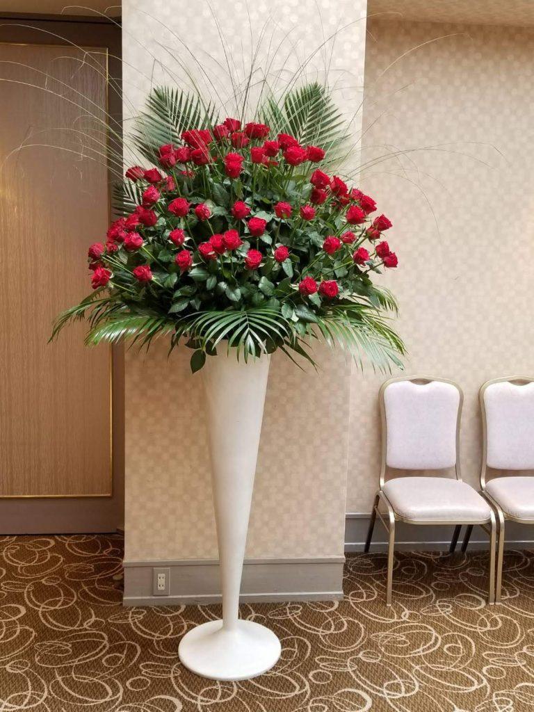 □ 赤バラ100本スタンド 4万円  (※写真では分かりづらいですが、ラウンドで作成しております。赤バラ100本の豪華な構成です。)(使用花材:赤バラ100本、アレカヤシ、糸ススキ)