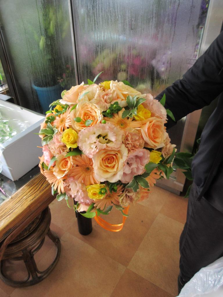 □ ラウンドブーケ(1万5千円)花材・色合い指定できます。